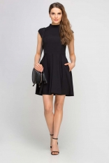 Czarna Sukienka Wizytowa na Stójce z Kontrafałdami