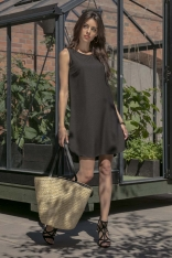 Czarna Swobodna Sukienka na Lato z Zaokrąglonymi Dołem