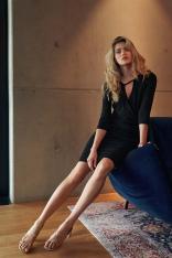 Czarna Dopasowana Sukienka z Przekładanym Dekoltem