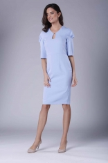 Błękitna Elegancka Dopasowana Sukienka z Drapowaniem na Rękawie