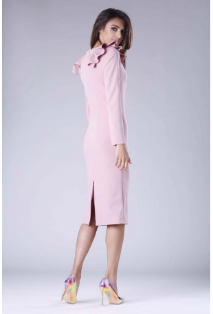 Jasno Różowa Sukienka o Dopasowanym Fasonie z Falbankami