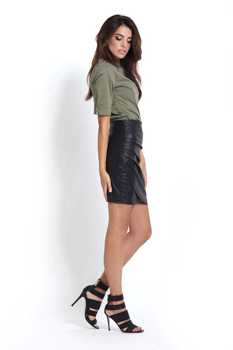 161746898e4f22 Czarna Kopertowa Mini Spódnica z Eko-skóry z Drapowaniem - Molly.pl